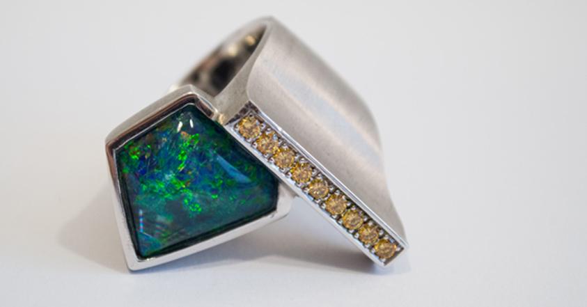 Asymetrischer Ring mit Opaldoublette und gelben Diamanten.