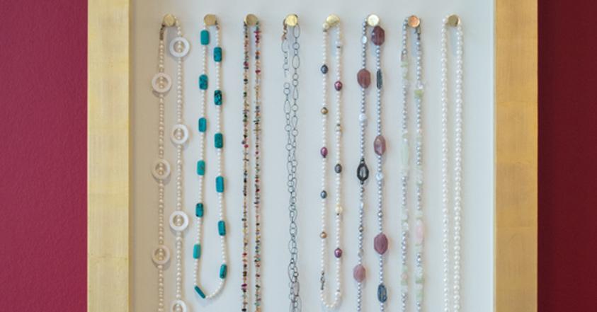 Handgearbeitete Ketten aus Edelsteinen mit Perlen kombiniert.