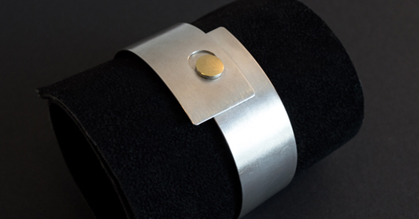 Die Goldschmiede Manu aus Hameln schuf diesen asymmetrischen Armreif aus Sterlingsilber und Gold.