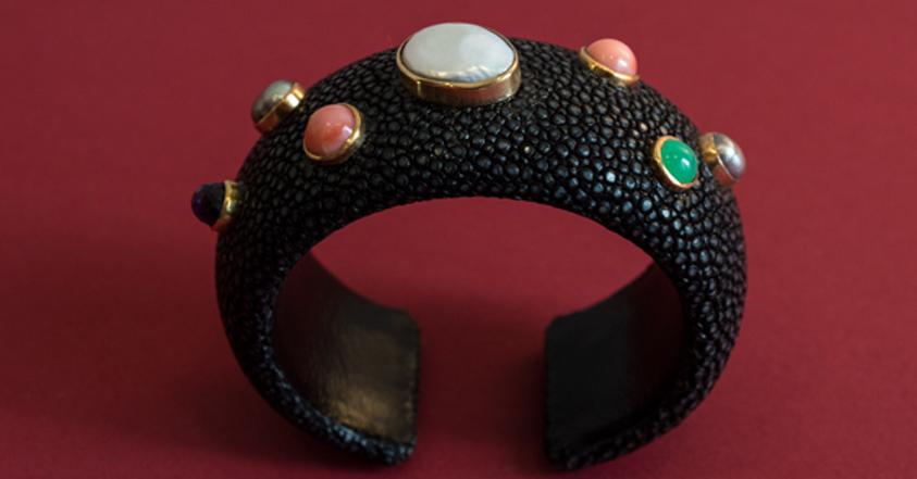 Unikatarmreif aus schwarzem Rochenleder mit Gold, Perlen und verschiedenen Edelsteinen.