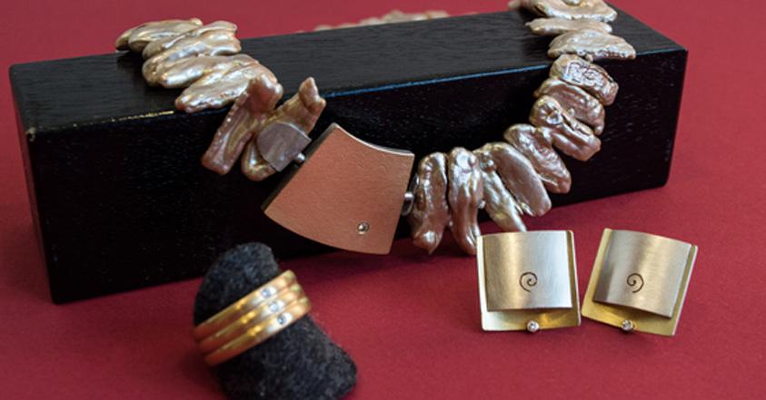 Weiße Brillanten sind sowohl in Gold als auch Silberschmuck eine wahre Zierde.