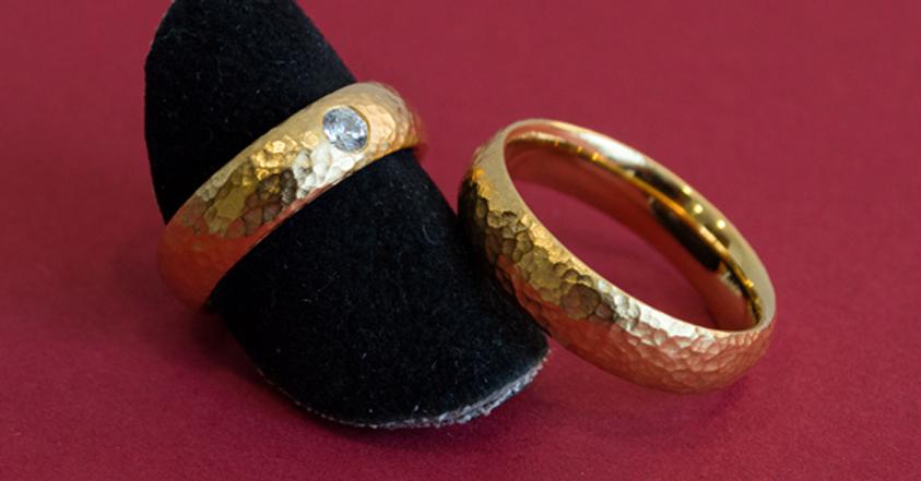 Die gehämmerte Oberfläche verleiht diesem goldenen Trauringpaar eine leicht archaische Anmutung.
