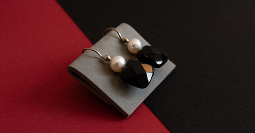 Kontrastreicher Ohrschmuck aus Onyx und Perlen.
